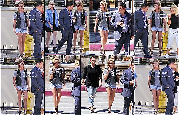 * 25/07/15 : Ashley  a été vue se rendant à la « Master Makeup Class » avec sa soeur et des amis - à Pasadena. Ashley est jolie et souriante. J'aime beaucoup la tenue qu'elle porte, ainsi que ses chaussures. Ses lunettes lui vont bien également, un Top pour moi  *