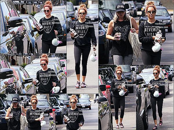 * 11/09/15 : Ashley Tisdale a été aperçue alors qu'elle se promenait avec sa soeur Jennifer - dans Beverly Hills. Ashley est donc déjà de retour à Los Angeles après son bref séjour à New York. J'aime bien la tenue qu'elle porte même si ça fait sombre. Un Top.  *