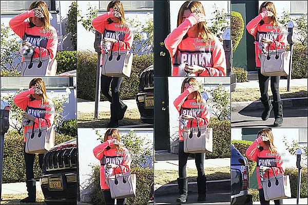 * 17/12/15 : La belle Ashley Tisdale a été aperçue seule lorsqu'elle  se promenait dans les rues de Los Angeles. Ashley n'avait apparemment pas envie de se faire photographier, c'est dommage qu'on ne voit pas trop son visage. J'aime bien sa tenue - Un Top.   *