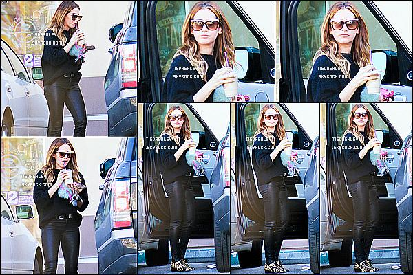 * 13/01/16 : Ashley T. a été aperçue quand elle quittait le « Coffee Bean & Tea Leaf », qui se situe à Studio City. Ashley est superbe. J'aime beaucoup la tenue qu'elle porte même si c'est que du noir. Ses lunettes de soleil sont jolies aussi. C'est un Top pour moi.  *