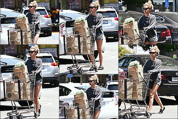 * 25/06/16 : Ashley a été repérée alors qu'elle quittait le supermarché « Whole Food » - situé dans Los Angeles. Ashley est superbe. J'aime beaucoup la tenue qu'elle porte même si c'est quand même simple. J'aime bien aussi sa coiffure et ses lunettes de soleil.  *