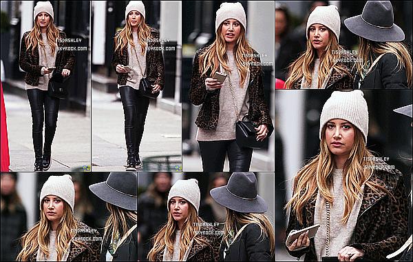 * 02/12/16 : Ashley Tisdale a été aperçue alors qu'elle  se promenait avec des amies dans les rues de New York. Ca fait plaisir de voir Ashley de sortie après tout ce temps. Ashley est toute belle. J'aime beaucoup la tenue qu'elle porte. Son bonnet est joli. Top !  *