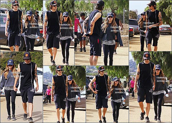 * 12/11/16 : Ashley T. et Christopher ont été vus faisant une randonnée au « Runyon Canyon », à Los Angeles. Ashley est toute belle. J'aime bien la tenue qu'elle porte même si elle est assez simple. Sa casquette et ses lunettes de soleil lui vont bien. Un Top !  *