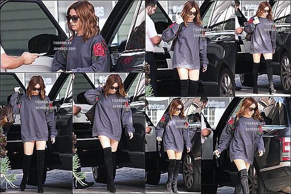 * 09/02/17 : Ashley Tisdale a été aperçue alors qu'elle quittait sa voiture - pour se promener dans Los Angeles. Plus tard, Ashley s'est rendue avec sa nièce Mikayla dans l'atelier de poterie Color Me Mine à Beverly Hills. J'aime bien la tenue d'Ashley. Un Top.  *