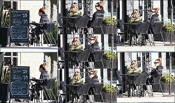 * 05/12/16 : Ashley a été repérée allant déjeuner avec son amie et maquilleuse Tonya Brewer dans Los Angeles. Plus tard, Ashley et son amie ont été vues quittant le restaurant dans les rues de Los Angeles. J'aime bien la tenue d'Ashley. C'est un Top pour moi  *