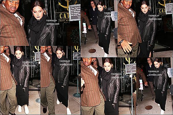 * 27/12/16 : Ashley a été repérée lorsqu'elle quittait le restaurant « Catch » avec Christopher - à West Hollywood. Ashley Tisdale était belle même si elle ne sourit pas trop. Elle est habillée tout en noir mais je trouve sa tenue sympa. C'est donc un Top pour moi.  *