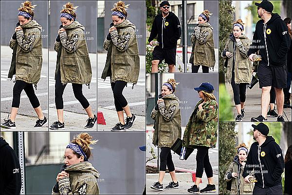 * 05/01/17 : Ashley T. est allée déjeuner avec son mari Chris et  Tonya Brewer - dans les rues de West Hollywood. Ashley est toute jolie. J'aime bien son bandana bleu, elle n'en met pas souvent et ça lui va bien je trouve. J'aime bien aussi sa tenue. Top pour moi  *