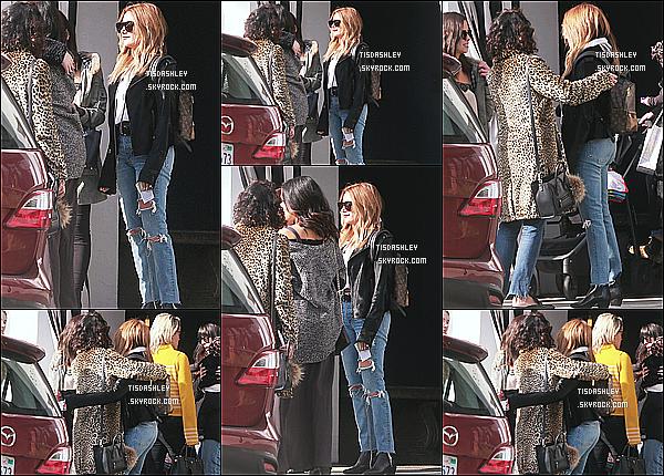 * 15/01/17 : Ashley a été repérée quand elle quittait le restaurant de l'hôtel « Palihouse » - dans West Hollywood. On peut voir sur les photos qu'Ashley était accompagnée de Vanessa Hudgens, Shelley Buckner et de Kim Hidalgo. J'aime sa tenue. C'est un Top.  *