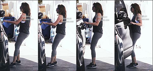 * 06/03/17 : Ashley Tisdale a été aperçue lorsqu'elle arrivait puis quittait une salle de sport dans Los Angeles. Ashley est très jolie. J'aime beaucoup sa coiffure. Elle porte une tenue de sport simple mais que j'aime bien. Ses lunettes sont superbes. Donc Top !  *
