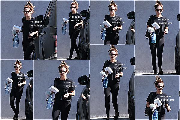 * 01/03/17 : La belle Ashley T. a été aperçue seule - alors qu'elle se promenait - dans les rues de Los Angeles. Ashley est trop belle mais c'est dommage qu'elle ne sourit pas. Elle porte une tenue simple tout en noir que j'aime bien. Ses lunettes sont superbes.  *