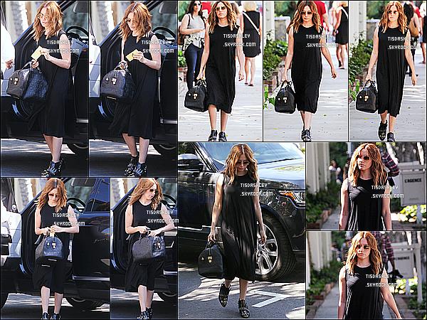 * 15/03/17 : La même journée, Ashley a été aperçue se rendant au café « Alfred's » qui se trouve à Melrose Place. Ashley était jolie, sa coupe de cheveux lui va bien je trouve. J'aime trop sa robe noire qui lui va à ravir. Son sac est superbe - Je lui donne un Top.  *