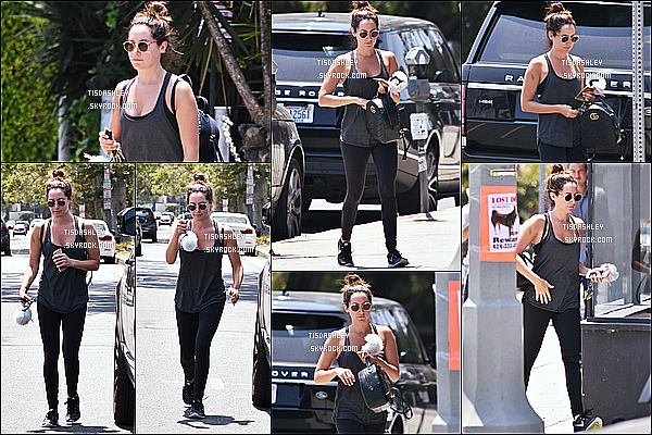 * 17/07/17 : Ashley T. a été aperçue alors qu'elle était chez un marchand de tapis dans les rues de Los Angeles. Après son sport, Ashley a voulu faire un peu de shopping. Ashley était belle. J'aime toujours la tenue qu'elle porte - C'est encore un Top pour moi !  *