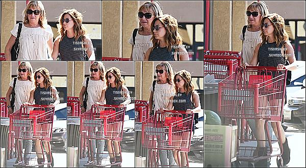 * 29/04/17 : Ashley a été aperçue avec sa mère Lisa, se rendant au magasin « Trader Joe's » dans Los Angeles. Ashley et sa mère ont également été vues quittant ce même magasin un peu plus tard. Ashley porte une tenue simple mais sympa. Top pour moi !  *