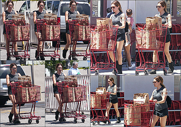 * 04/05/17 : Ashley Tisdale est allée faire une randonnée - avec son mari Christopher au « Runyon Canyon ». Plus tard, Ashley a été vue seule quittant le magasin Trader Joe's à Los Angeles. Ashley était belle. Sa tenue est simple mais j'aime bien - Un Top !  *