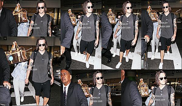 * 12/06/17 : Ashley T. a été aperçue, avec son mari Christopher arrivant à l'aéroport « LAX » - dans Los Angeles. Les deux amoureux revenaient de quelques jours passés en famille en Floride. C'est dommage qu'Ashley se cache sur les photos. Top pour sa tenue.  *