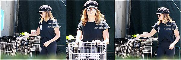 * 18/06/17 : Ashley a été vue arrivant puis quittant le magasin « Whole Foods », qui se trouve dans Los Angeles. Ashley est belle. J'aime bien ses lunettes de soleil et sa casquette. La tenue qu'elle porte est sympa aussi même si elle est toute en noir - Donc Top.  *