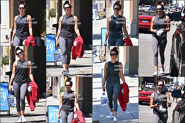 * 11/08/17 : Ashley Tisdale a été aperçue - alors qu'elle quittait une salle de sport - qui se trouve à Studio City. Ashley est très belle. J'aime bien son chignon et ses lunettes de soleil. Elle porte une tenue de sport basique mais que j'aime beaucoup - Donc Top !  *