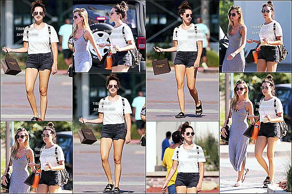 * 22/07/17 : Ashley Tisdale a été aperçue lorsqu'elle faisait du shopping avec une amie dans les rues de Malibu. Ashley est toute jolie. J'aime beaucoup la tenue qu'elle porte, elle lui va à merveille je trouve. Sa coiffure est sympa aussi. C'est un Top pour moi !  *