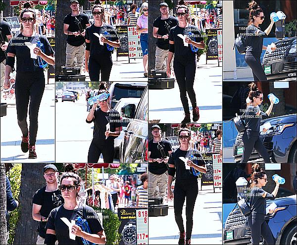 * 28/07/17 : Ashley Tisdale a été aperçue quand elle se rendait puis quittait une salle de sport dans Studio City. Ashley s'est de nouveau rendue à son cours de sport quotidien. Elle est très jolie. J'aime bien sa tenue. Ses lunettes de soleil sont superbes. Un Top.  *