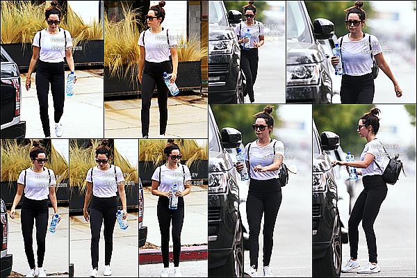 * 02/08/17 : Ashley Tisdale a été vue seule, quand elle arrivait puis quittait une salle de sport dans Studio City. Ashley est toute belle. J'aime bien son chignon. Ses lunettes de soleil sont très jolies. J'aime bien aussi la tenue qu'elle porte,. Donc un Top pour moi  *