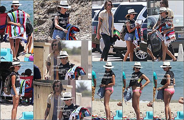 * 05/08/17 : Ashley Tisdale a été aperçue lorsqu'elle était sur une plage avec Christopher et des amis, à Malibu. Ashley est très belle. J'aime bien sa tenue et son maillot de bain. La casquette et les lunettes de soleil lui vont bien également. Je lui donne un Top.  *