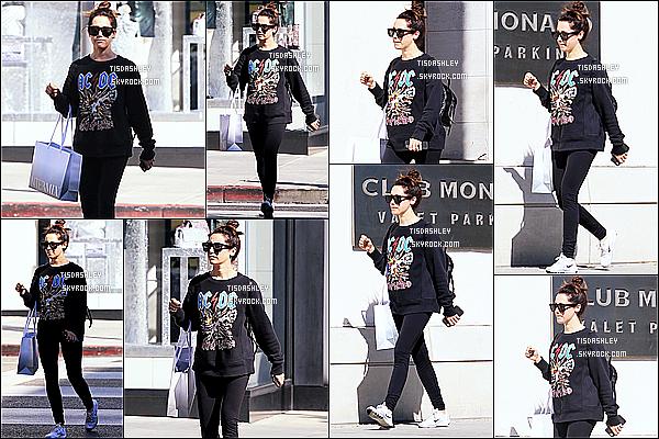 * 06/11/17 :    Ashley Tisdale a été aperçue lorsqu'elle faisait du shopping dans les rues de Rodeo Drive à Beverly Hills. Ashley était belle mais pas très souriante, ce qui est dommage. Elle porte une tenue assez simple que j'aime bien. Ses lunettes sont superbes. Donc Top.  *