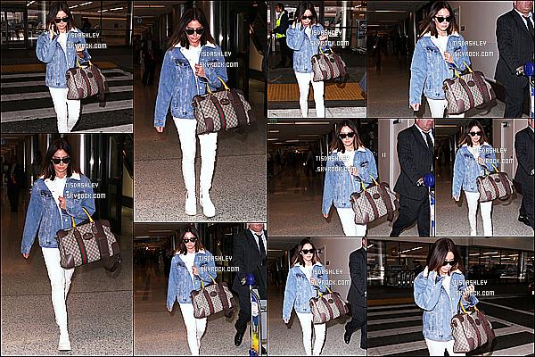 * 17/11/17 :    Ashley Tisdale a été aperçue alors qu'elle quittait l'aéroport nommé « LAX » - qui se trouve à Los Angeles. Ca fait plaisir d'avoir une sortie d'Ashley après deux semaines sans nouvelles. Ashley est toute belle. J'aime beaucoup sa tenue - C'est un Top pour moi !  *