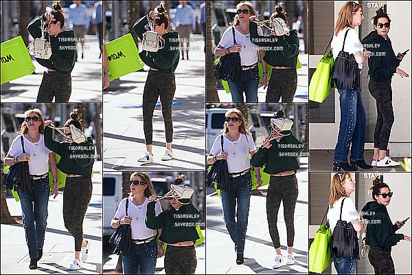 * 12/12/17 :    Ashley a été repérée lorsqu'elle se promenait avec sa mère - dans les rues de Beverly Hills en Californie. C'est dommage qu'Ashley cache son visage, sinon sa fait plaisir de la voir avec sa mère. J'aime trop la tenue qu'elle porte même si c'est simple. Un Top !  *