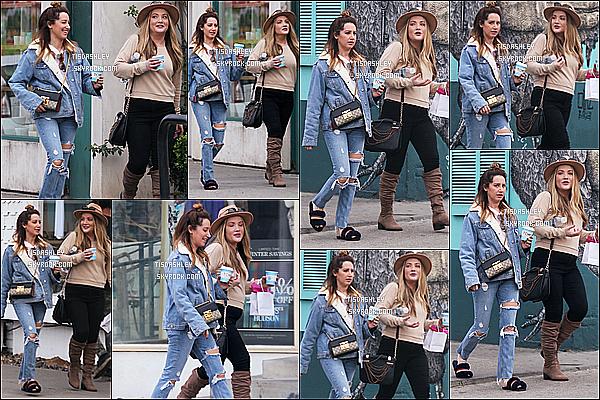 * 16/01/18 :    Ashley Tisdale a été vue quittant le « Tom's Roasting Coffee » - dans le quartier de Venice en Californie. Ashley était accompagnée de son amie Shelley. Ashley est jolie et souriante. J'aime beaucoup sa tenue, il y a juste les chaussures que je n'aime pas. Top  *