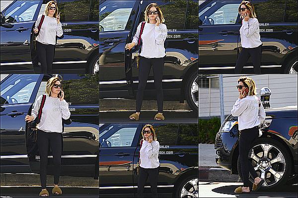 * 15/05/18 :    La belle Ashley T. a été aperçue alors qu'elle se promenait - dans les rues de Los Angeles, en Californie. Ashley est jolie. Ses lunettes de soleil sont superbes. J'aime trop la tenue qu'elle porte, à part les chaussures qui ne vont pas avec cette tenue. Donc Top.  *
