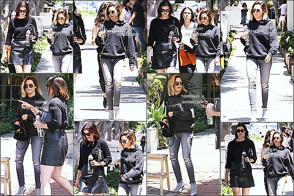 * 15/06/18 :    Ashley T. s'est rendue à une réunion professionnelle sur une terrasse, dans les rues de West Hollywood. Ashley Tisdale est très jolie et souriante, ça fait plaisir de la voir comme ça. Elle porte une tenue basique mais que j'aime bien, c'est donc un Top pour moi  *