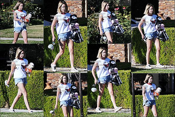 * 12/07/18 :    Ashley a été repérée seule, quand elle quittait la maison de ses parents, dans le quartier de Toluca Lake. Ashley T. est allée rendre visite à ses parents avec sa chienne Maui. Elle est très jolie. J'aime beaucoup la tenue qu'elle porte - Je lui donne donc un Top.  *