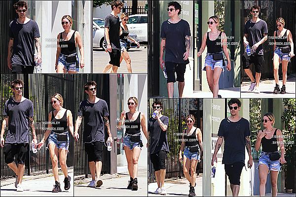 * 14/07/18 :    Ashley T. a été vue alors qu'elle quittait un magasin de matériels d'art avec Christopher - à Los Angeles. Ashley est très jolie. Je suis complètement fan de la tenue qu'elle porte, j'adore. Ses lunettes de soleil sont vraiment superbes. Je lui donne donc un Top.  *