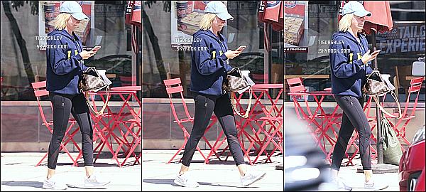 * 08/09/18 :    Ashley T. a été repérée, quand elle se promenait seule - dans les rues de Hollywood, situé en Californie. Ashley a été aperçue à deux reprises dans la même journée. Pas beaucoup de photos sont disponiles. Ashley est superbe. J'aime bien sa tenue. Un Top.  *