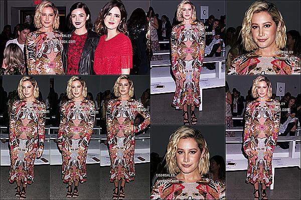 * 11/09/18 :    Ashley T. a assisté au défilé de Naeem Khan lors de la « Fashion Week » qui se déroulait dans New York. Ashley Tisdale est toute magnifique. Je suis fan de sa mise en beauté. La robe qu'elle porte est sympa je trouve et lui va bien. C'est donc un Top pour moi  *