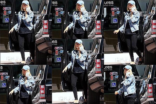 * 22/09/18 :    Ashley a été repérée lorsqu'elle se rendait au salon de manucure « Bellacures » - situé dans Studio City. Ashley Tisdale est superbe. La casquette est jolie et lui va bien je trouve. Elle porte une tenue basique mais que j'aime bien. Je lui donne donc des Tops.  *