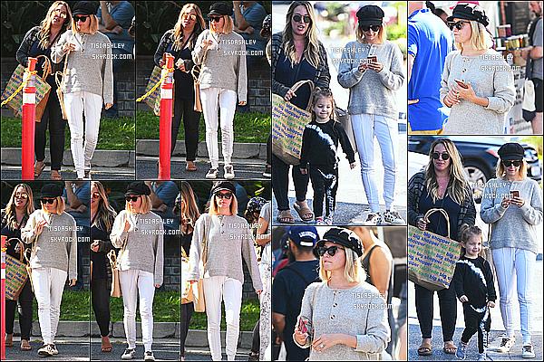 * 30/09/18 :    Ashley Tisdale s'est rendue au « Farmer's Market » avec sa famille - qui se trouvait dans Los Angeles. Ashley Tisdale était jolie. J'aime beaucoup la tenue qu'elle porte. La casquette et les lunettes de soleil lui vont bien je trouve. C'est donc un Top pour moi.  *