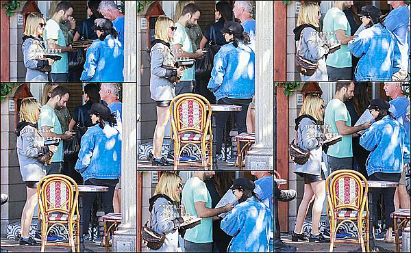 * 15/10/18 :    Ashley Tisdale s'est rendue au « Aroma Cafe » - avec Vanessa Hudgens - qui se trouve dans Studio City. Ca faisait un moment qu'on ne l'avait pas vu faire une sortie avec Vanessa. Ashley est belle. J'aime trop la tenue qu'elle porte, c'est donc un Top pour moi  *