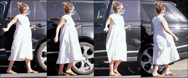 * '•-27/02/21 ─-' Ashley a été aperçue quand elle se rendait puis quittait un café dans le quartier de Los Feliz, en Californie. Ashley est toute belle, ça fait plaisir de la voir de sortie. Elle est allée se chercher une boisson dans un café. J'aime trop sa tenue. Un Top. *