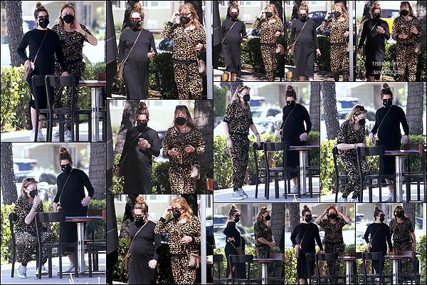 * '•-06/03/21 ─-' Ashley a été photographiée quand elle se rendait puis quittait un restaurant qui se situe dans Los Angeles. Ashley est allée déjeuner au restaurant en compagnie de sa mère. J'aime bien la robe noire de maternité qu'elle porte. Un Top pour moi ! *