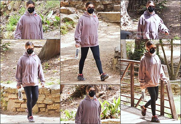 * '•-14/04/21 ─-' La belle Ashley Tisdale a été repérée seule alors qu'elle faisait une randonnée dans un parc à Los Feliz, CA Ca fait plaisir de voir des sorties d'Ashley après son accouchement. Elle en profite pour faire un peu de sport. C'est un Top pour sa tenue. *