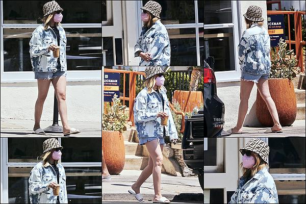 * '•-05/05/21 ─-' Ashley a été aperçue alors qu'elle quittait un café - se trouvant dans le quartier de Los Feliz, en Californie. Ashley était de sortie pour aller se chercher une boisson à emporter. J'aime bien la tenue qu'elle porte, à part ses chaussures. Donc Top ! *