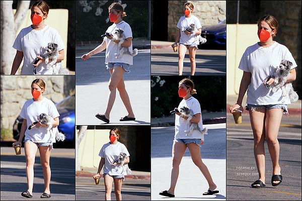 * '•-15/05/21 ─-' La belle Ashley a été photographiée lorsqu'elle se promenait avec son chien, dans les rues de Los Angeles. Ashley faisait une promenade avec son chien sous le bras après s'être pris une boisson dans un café. Sa tenue est simple mais j'aime bien *