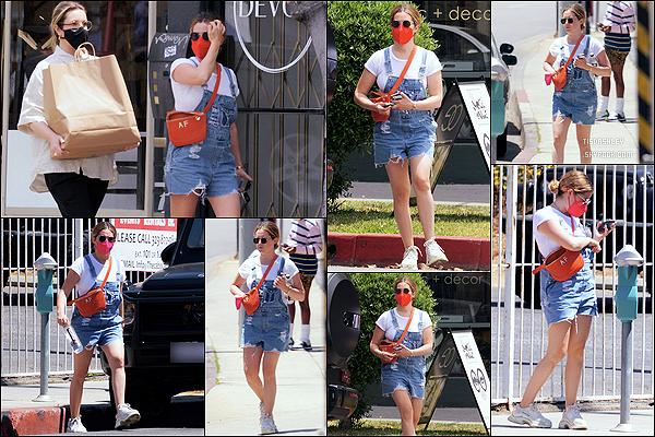 * '•-25/05/21 ─-' Ashley Tisdale a été aperçue alors qu'elle faisait du shopping avec une amie, dans les rues de Los Angeles. Ashley s'est rendue dans plusieurs boutiques pour y faire du shopping. Elle est ravissante. J'aime beaucoup la tenue qu'elle porte. Un Top *