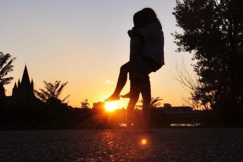 «On va s'embrasser et nos lèvres vont se purifier. Tu me donnes un baiser et nos langues vont juste s'emmêler...» Indochine