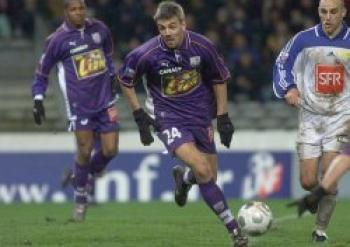 Maillot de Toulouse porté par Laurent Courtois au cours de la rencontre Toulouse-Niort comptant pour les 16ème de finale de la Coupe de la Ligue 2000-2001 (6 janvier 2001)