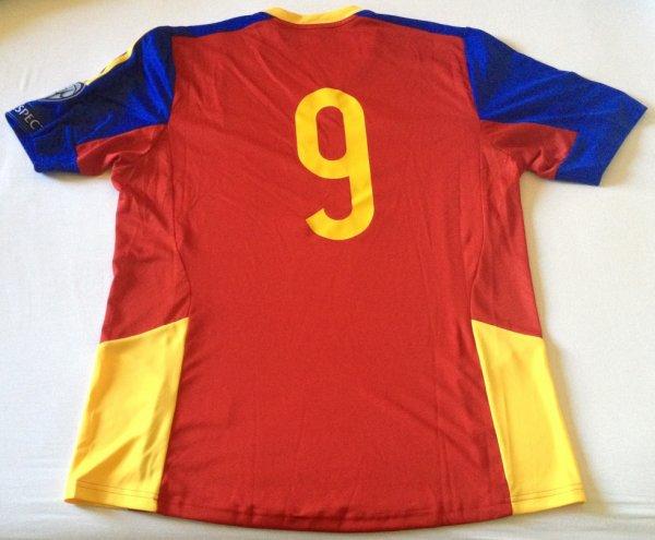 Maillot de l'équipe d'Andorre porté par Gabriel Riera au cours de la rencontre Andorre-Israël comptant pour la 3ème journée du groupe B des qualifications pour l'Euro 2016 (13 octobre 2014)