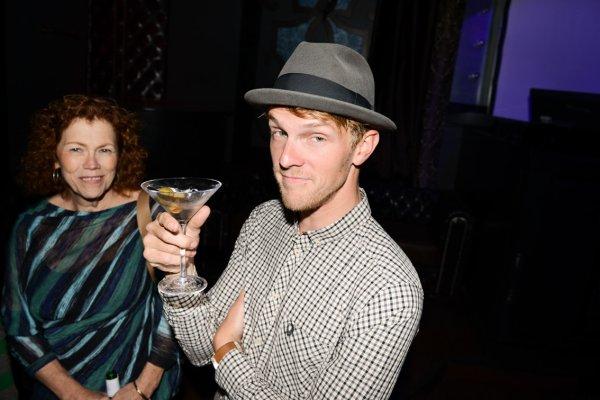 Le 21 Mai 2012 - Ce soir là ils étaient beaux, souriant, mais ont voyait qu'ils n'étaient pas très nets, on aurait dit qu'ils avait bu. Et oui, effectivementils avaient bu ! Non, mais, c'est quoi ses manières, ce n'est pas un très bon exemple pour les enfants ! Bon j'arrête les blagues et je vous donne le nom des gens qui étaient à cette soirée. Ponsi, Cubbie, Mark, Sean, Isom (qui n'est pas célibataire :/), Harriet (sa mère) et Rebecca (sa soeur) Pontius.