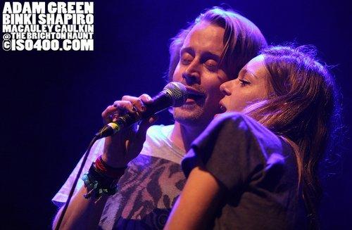Macaulay son duo en LIVE avec son ami Adam Green