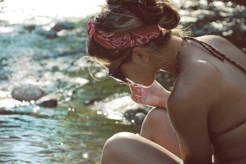 « J'ai même pas envie que tu me dises que tu m'aimes. J'ai juste envie que tu me fasses vivre ces histoires qu'on lit dans les livres, ces histoires où les garçons ne lâchent pas prise, où ils rattrapent les filles qu'ils aiment parce que les voir partir est trop douloureux. Je veux que tu m'harcèles d'appel lorsqu'on se dispute et et que tu t'excuses même si tout est de ma faute. J'ai juste envie que tu sois là quand ça va pas, et même quand ça va. Je veux que tu m'obliges à t'écouter quand j'en ai pas envie, je veux ces baisers enflammés qu'on donne sous la pluie et je veux tous ces SMS qui disent que je te manque alors que je viens de te quitter. Mais toi, t'es pas capable de faire ça. T'as bien trop de fierté et la seule personne que tu aimes, c'est bien toi. Alors non, moi j'ai pas envie de courir derrière toutes ces petites choses, j'ai pas envie de courir derrière toi. J'aurais juste aimé que tu le fasses par toi-même et que tu remarques enfin, à quel point j'aurais aimé être ces filles qu'on retrouve dans les livres pour toi. »